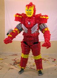美国艺术家用500只彩色气球打造出钢铁侠 图