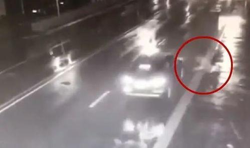 和女友吵架赌气,男子躺马路中央被撞飞判罚结果来了