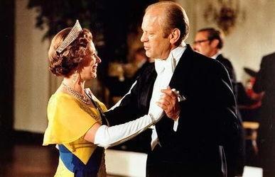 图片说明:英女王与福特总统共舞。