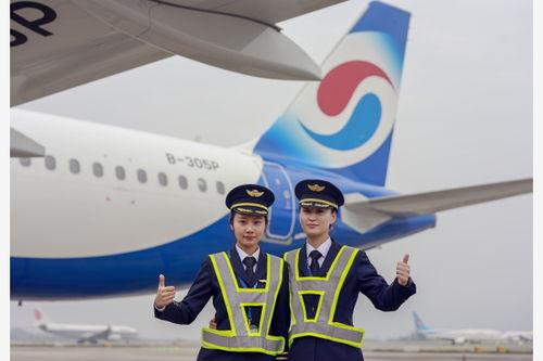 """80后""""空姐变身女飞行员"""