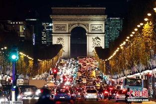 巴黎香榭丽舍大街点亮圣诞彩灯