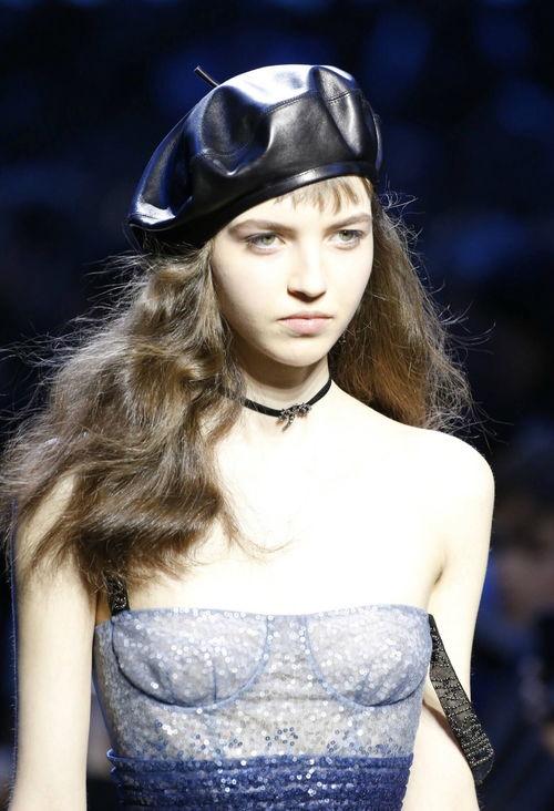 奶茶妹妹章泽天头戴贝雷帽出现在时装周。