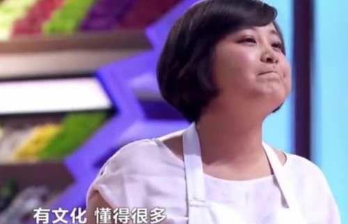 种种描述简直就是在说刘一帆嘛,贾玲说完,刘一帆还低头看了眼自己的衣服,不苟言笑的刘一帆不禁有些不知所措,甚至脸红害羞。