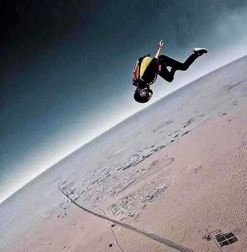 图片来自网络何凡和安安就在同一个跳伞基地学翼装飞行.