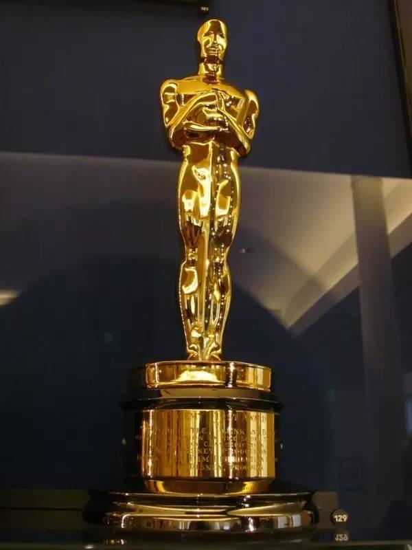 奥斯卡金像奖杯,也被亲切地称为小金人奥斯卡一名的来历说法不一.