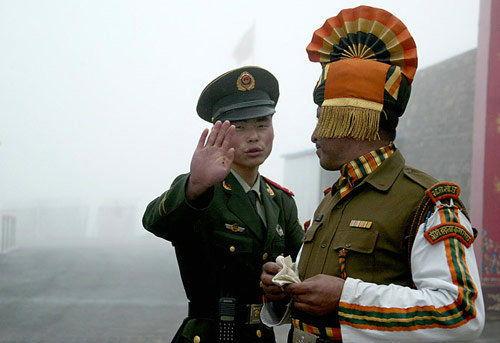 中印边境双方士兵