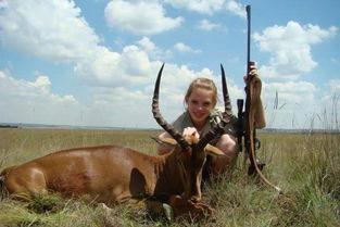 美女孩猎杀非洲稀有动物 晒与猎物合照