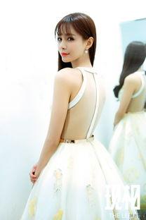 杜海涛女友沈梦辰墙边玩街拍 穿超短裤美腿有一米多