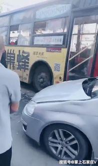 老公堵门老婆打公交司机抢方向盘结果连撞三车