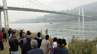 重庆万州长江二桥事发现场(来源:新华视点)公交车坠桥事故现场.