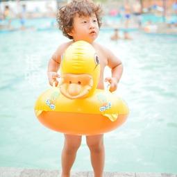 小轩轩在泳池边上