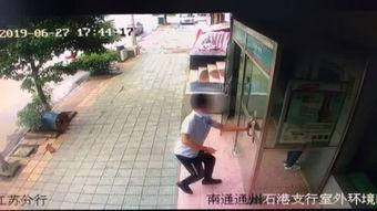 通州一男子持刀在银行ATM机室抢劫后疯狂逃窜 警方实施 瓮中捉鳖