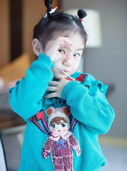 李承铉为女儿绑头发lucky表情丰富成小戏精