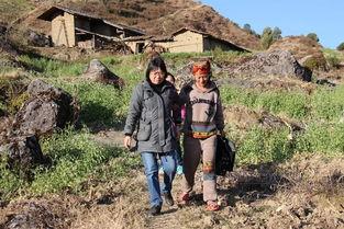 张桂梅(左)在家访。