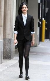 热裤牵手黑丝袜 女星不露肉火拼性感