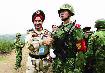 中印两国边防士兵合影