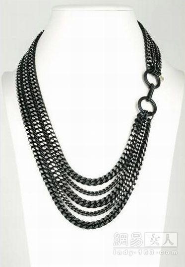 这么粗硬的线条,配女性化一点的装束吧,多层金属表链式项链,hélènezubeldia.