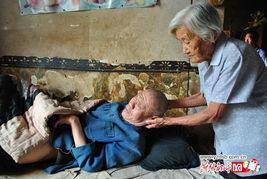九旬老母照料瘫痪双子 艰难谋生自言不敢死