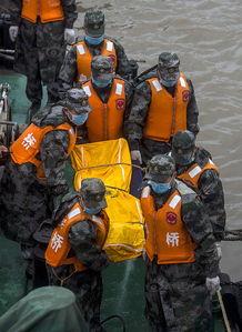 救援人员在搬运遇难者遗体.