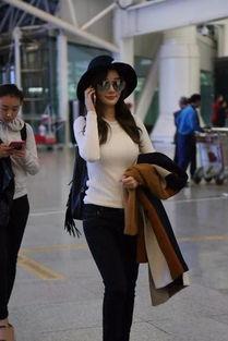 李小璐现身机场狂聊电话白毛衣显丰满上围