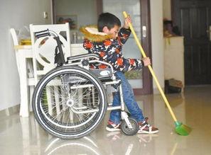 坐轮椅的甘强在家中扫地,两兄妹会主动承担一些家务活