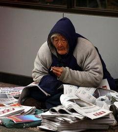 80岁老人寒风中卖报感动网友