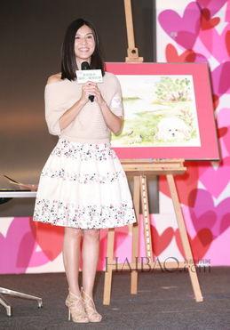 杨采妮出席活动推广小朋友多作艺术发展,身穿针织上衣 印花蓬裙扮嫩