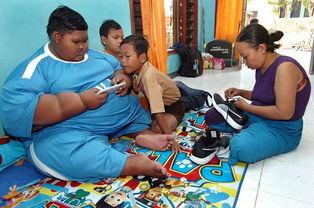 世界最胖男孩减10斤后恢复行走重返学校