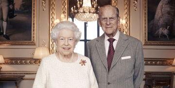 资料图:英女王伊丽莎白二世和菲利普亲王(右)。
