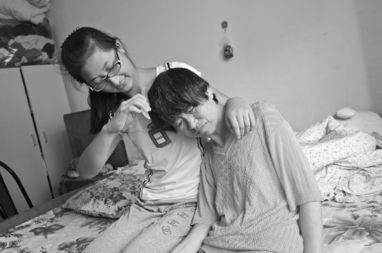 去年爸爸撇下他们娘仨走了原标题:15岁女孩照顾智障母亲和哥哥:我得撑