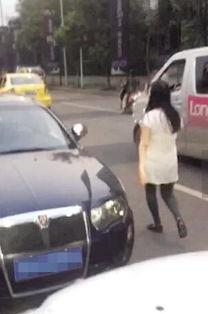 女司机逆行被挡驾与人争执险被自家车碾压