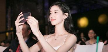 组图章泽天鞠萍姐姐同台颁奖白色吊带裙清凉出挑气质佳
