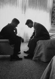 ...年,总统候选人约翰·肯尼迪和弟弟及竞选顾问罗伯特·肯尼迪面对...