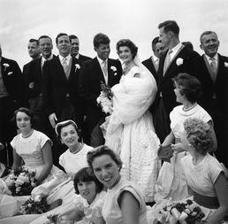 ...3年的婚礼上,约翰·肯尼迪和杰奎琳及伴郎伴娘们合影.-揭秘美国...