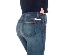 除了性感,这条牛仔裤还可以给 iPhone 充电