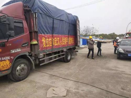 负责此次运输的货拉拉司机王师傅今年25岁,来自四川广元,朋友转发后得知了货拉拉绿色通道的运输需求,当即决定接单.