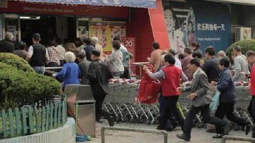 老年顾客们争相冲进超市。