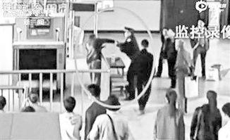 李乐斌隔着围栏警告徐纯合律师质疑庆安警察开枪原本一副手铐