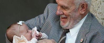 血液含稀有抗体老大爷捐血60年拯救240万婴儿中新网5月13日电据外媒报道,81岁澳大利亚男子詹姆森哈里森(jamesharrison)的血液中含有一种稀有抗体,这种抗体可用于制造预防新生儿溶血症的药物.