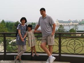 组图 姚明一家三口游迪士尼 6岁女儿身高惊人