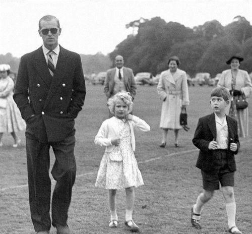 """菲利普亲王是一名军人,他总是拿着军人的风格要求查尔斯王子,甚至贬低查尔斯王子的人格,甚至为了帮助查尔斯王子""""塑造性格"""",菲利普亲王于1962年将儿子送到苏格兰的母校戈登斯顿寄宿学"""