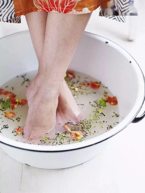 """热水泡脚,胜吃补药!泡脚水里多加一味""""作料"""",可不仅只是排毒了  长期白水泡脚的好处"""