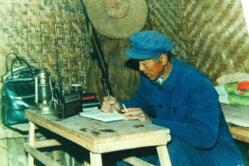 1993年父亲杨善洲在窝棚办公.