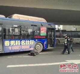 郑州40岁男子被卷公交车轮下 热心路人抬车救人