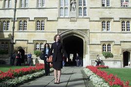 图为切尔西在牛津大学校园内留影.