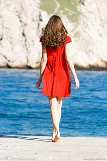 站在海边的美女背影图片
