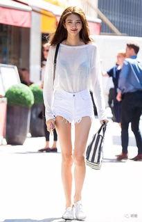 别急着收起夏装,有了关晓彤这件单品你的短裙还能再穿一季