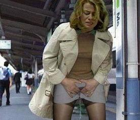 美女尿急憋不住了 美女憋不住拉裤子 美女拉肚子憋不住了 5