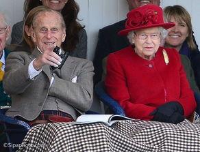 """(英国女王和丈夫菲利普亲王,资料图)报道英国王室新闻的记者凯瑟琳·梅耶也提到,菲利普亲王""""非常反对""""查尔斯王子缩减王室成员的计划,因为查尔斯王子的做法,会完全改变王室一直以来根深蒂固的格局。"""""""