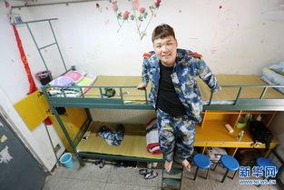 学校打造的姚明床,确保张鸿浩能够平躺着踏踏实实睡觉.